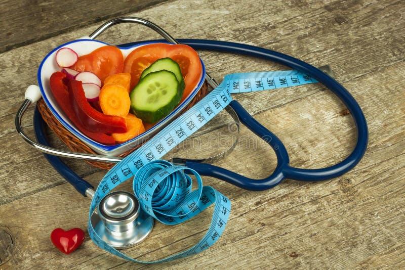 Tratamento da obesidade Dieta em uma tabela de madeira Vegetais saudáveis imagem de stock royalty free