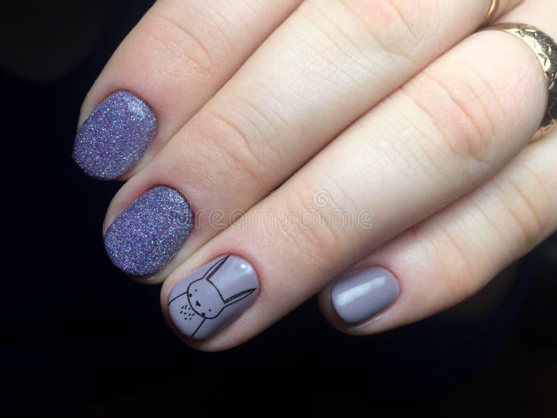 Tratamento de mãos azul nos pregos Manicure fêmea foto de stock royalty free