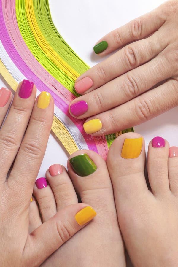 Tratamento de mãos brilhante colorido e pedicure imagem de stock royalty free