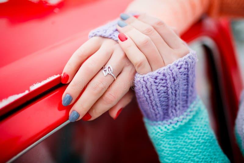 Tratamento de mãos brilhante novo nas mãos da senhora Tendência da beleza Estilo do inverno imagens de stock