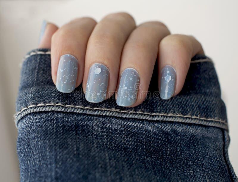 Tratamento de mãos do azul do brilho foto de stock royalty free