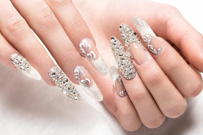 Tratamento de mãos do casamento de Beautifil para a noiva em tons delicados com cristal de rocha Projeto do prego Close-up foto de stock