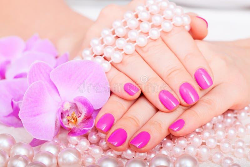 Tratamento de mãos e pedicure bonitos no salão de beleza dos termas. imagens de stock