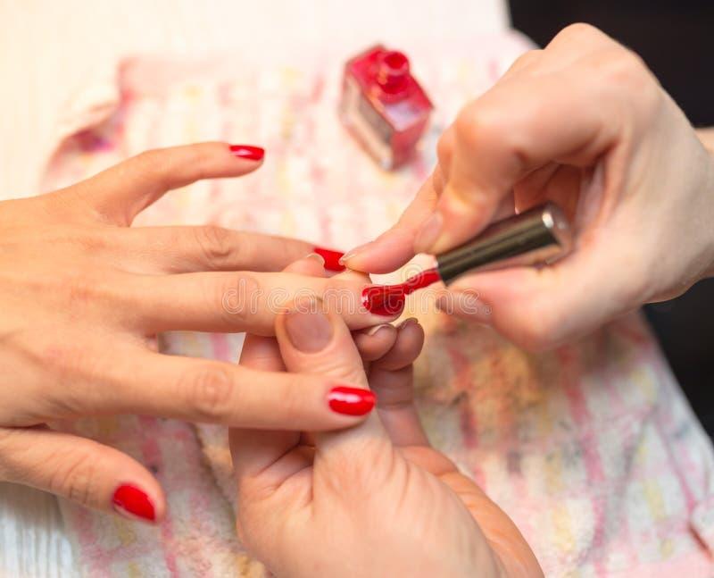Tratamento de mãos em um salão de beleza fotos de stock royalty free