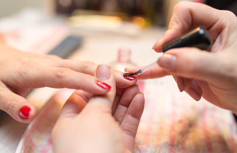 Tratamento de mãos em um salão de beleza foto de stock
