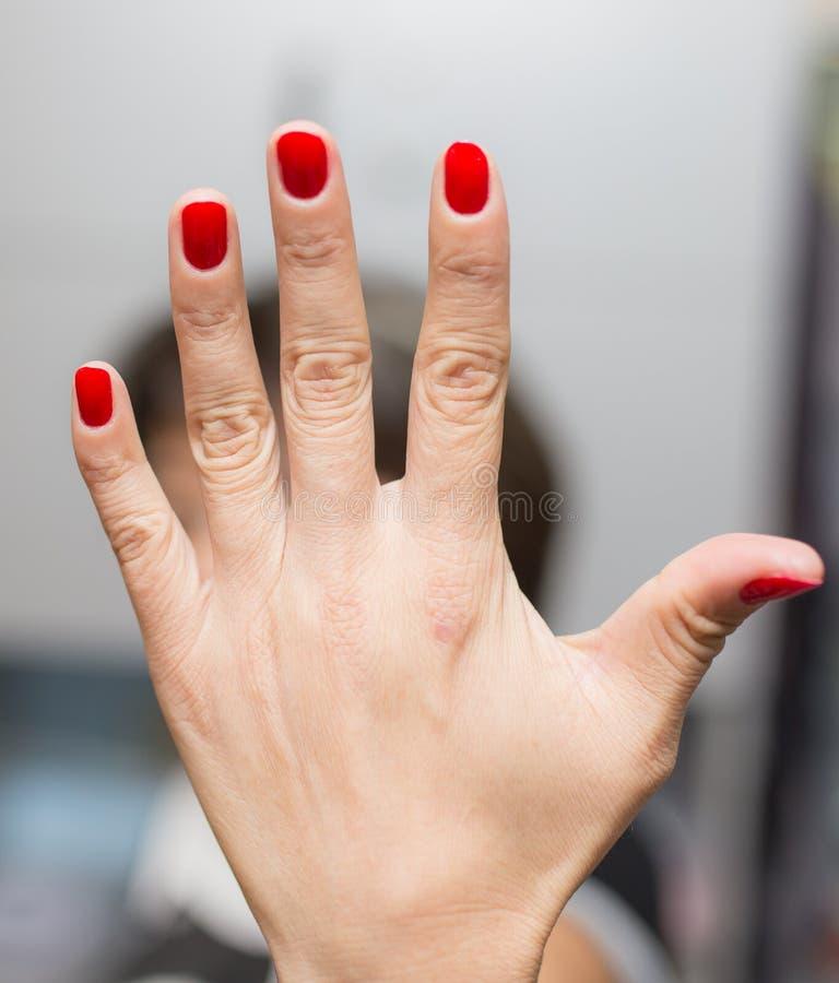 Tratamento de mãos em um salão de beleza fotografia de stock