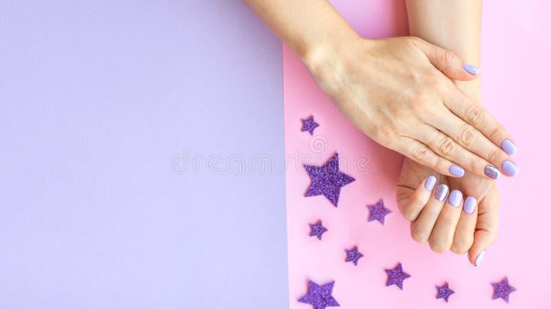 Tratamento de mãos fêmea na moda fotografia de stock