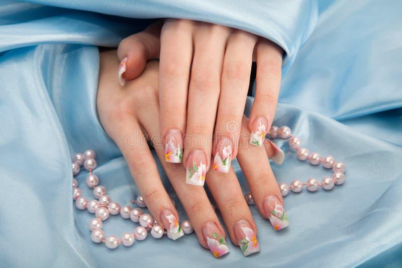 Tratamento de mãos - foto do tratamento da beleza das unhas manicured agradáveis da mulher imagem de stock