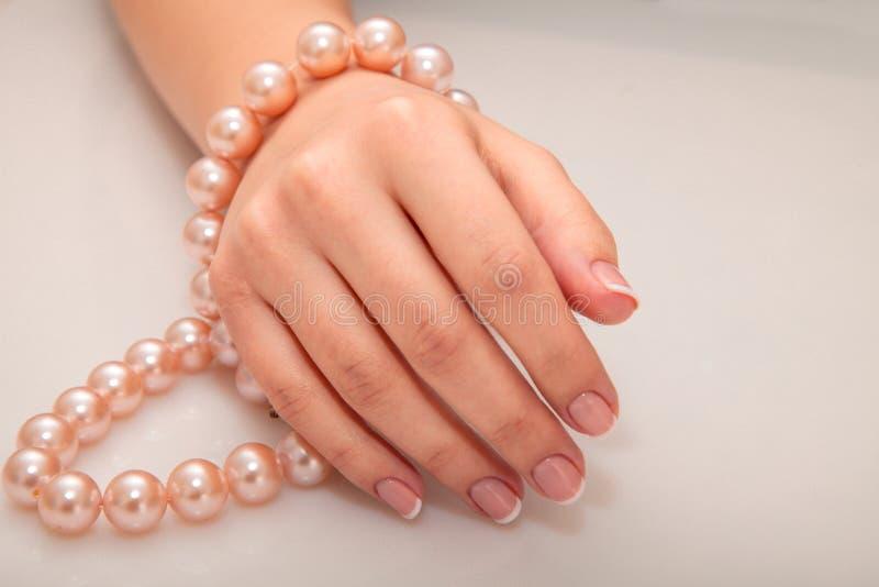 Tratamento de mãos - foto do tratamento da beleza das unhas manicured agradáveis da mulher fotografia de stock