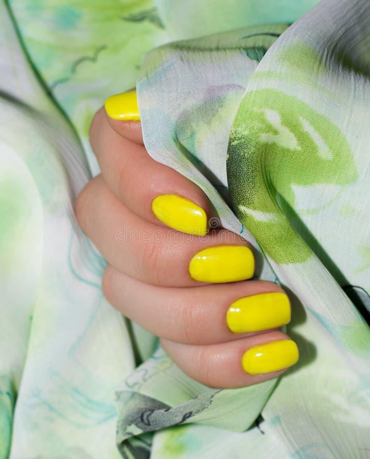 Tratamento de mãos - foto do tratamento da beleza das unhas manicured agradáveis da mulher Arte feminino muito agradável do prego foto de stock