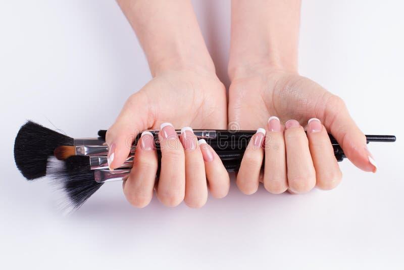 Tratamento de mãos francês bonito com escova imagens de stock