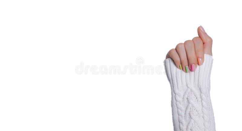 Tratamento de mãos moderno colorido, projeto do prego Humor do verão, no fundo branco isolado imagem de stock