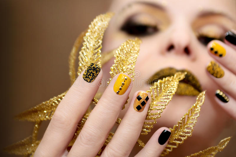 Tratamento de mãos preto amarelo imagens de stock