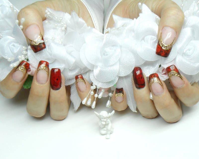 Tratamento de mãos: rosas vermelhas, ouro e craquelure bonitos foto de stock royalty free