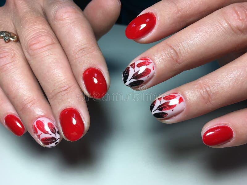 tratamento de mãos vermelho da forma com penas pretas fotos de stock royalty free