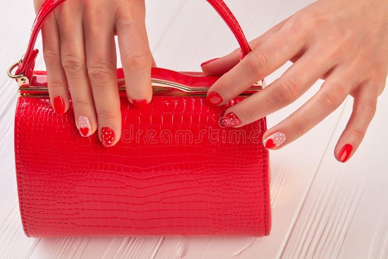 Tratamento de mãos vermelho e embreagem vermelha imagens de stock royalty free