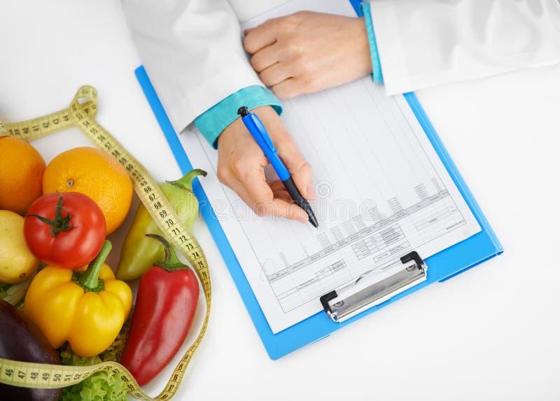 Tratamento de prescrição da dietista imagem de stock royalty free