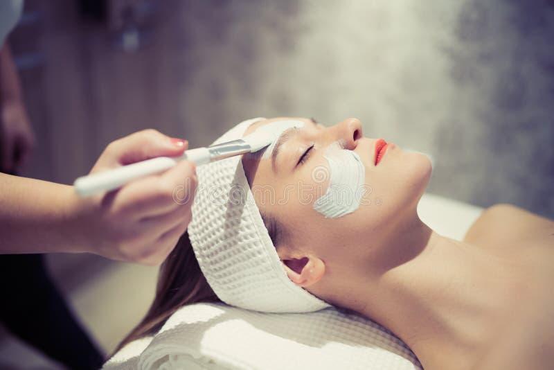 Tratamento do cosmético e da massagem no bar do bem estar imagens de stock