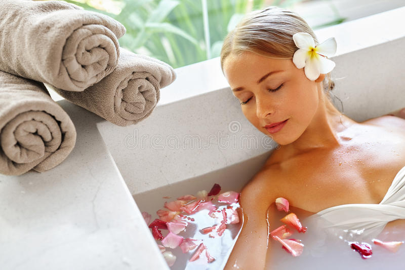 Tratamento do cuidado do corpo dos termas da mulher da beleza Banheira da flor Skincare fotos de stock