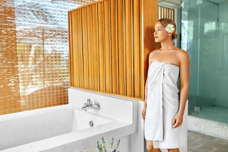 Tratamento do cuidado do corpo dos termas da mulher Flor Rose Bath Beleza, skincare imagem de stock royalty free