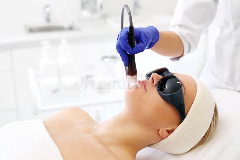Tratamento do laser para a cara fotos de stock
