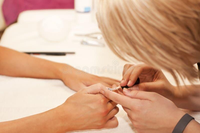 Tratamento do Manicure no bar dos termas da beleza foto de stock