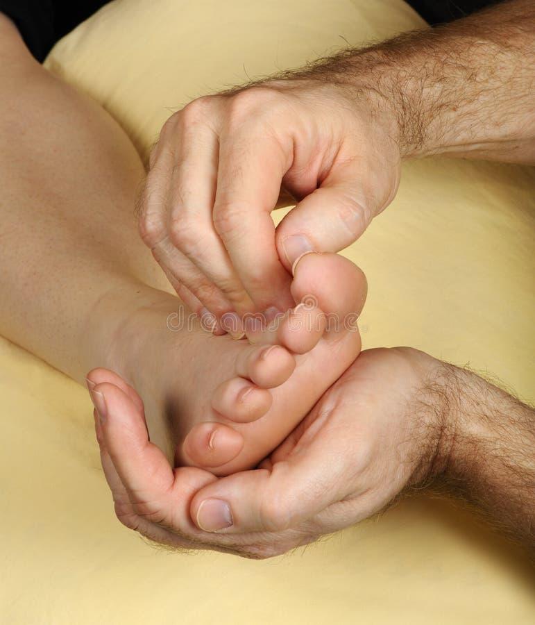 Tratamento do pé de Reflexology da massagem imagem de stock royalty free