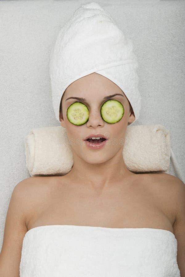 Tratamento dos olhos com pepino imagens de stock royalty free