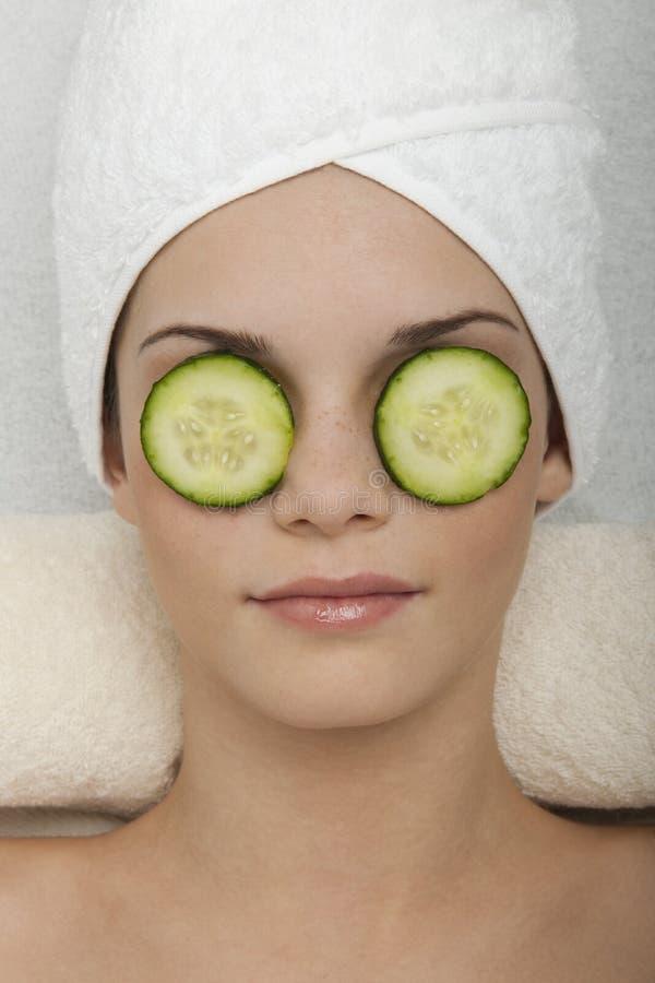 Tratamento dos olhos com pepino foto de stock