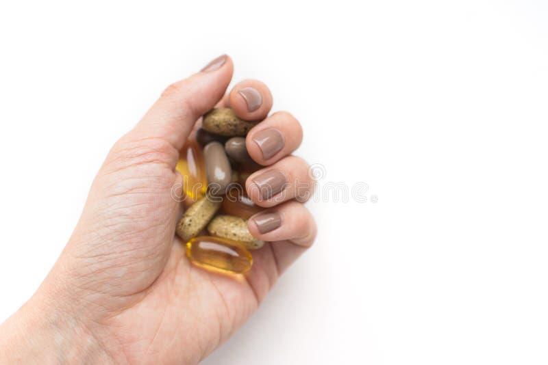 Tratamento e conceito da farm?cia Comprimidos coloridos na m?o isolada no fundo branco fotos de stock royalty free