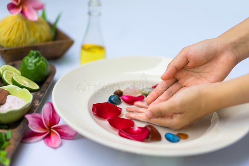 Tratamento e produto dos termas para termas da m?o com flores e ?gua, w fotografia de stock