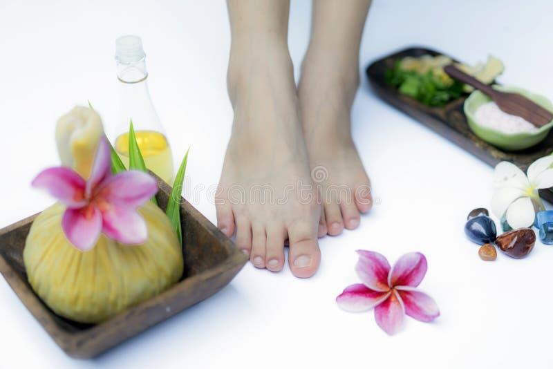 Tratamento e produto dos termas para termas dos p?s com flores e ?gua, w foto de stock royalty free