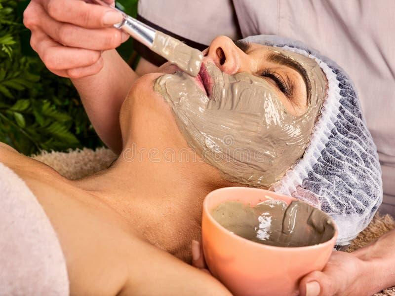 Tratamento facial da pele da máscara do colagênio Mulher idosa 50-60 anos velha fotos de stock