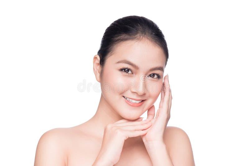 Tratamento facial Mulher asiática nova bonita com S fresco limpo imagens de stock