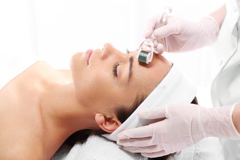 Tratamento mesotherapy da micro agulha foto de stock royalty free