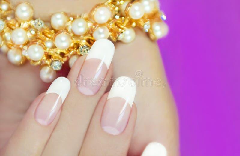 Tratamentos de mãos bonitos franceses. foto de stock