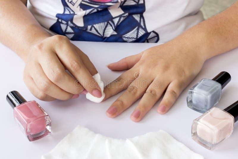 Tratamentos de mãos da mulher imagens de stock royalty free