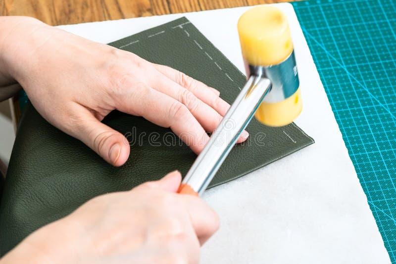 Tratamentos do artesão o bolso pelo martelo plástico foto de stock royalty free
