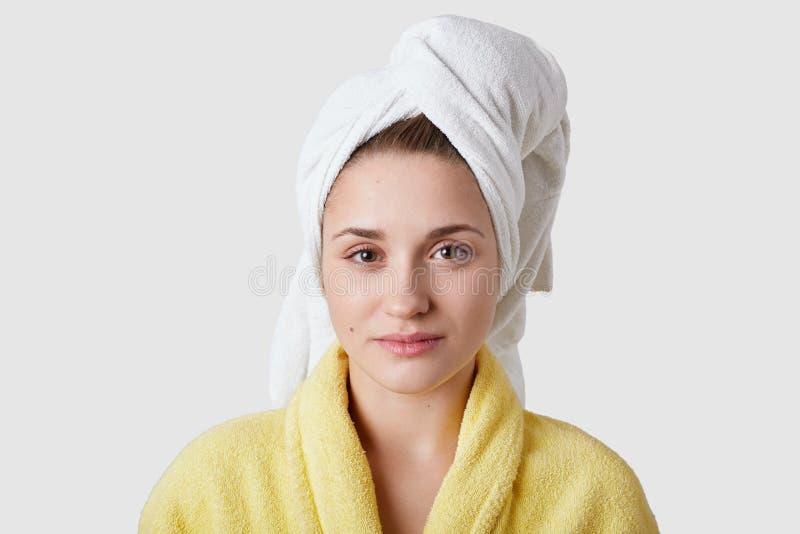 Tratamentos dos termas e conceito da higiene O Headshot da mulher parecendo jovem agradável com pele macia pura saudável, veste a fotografia de stock royalty free