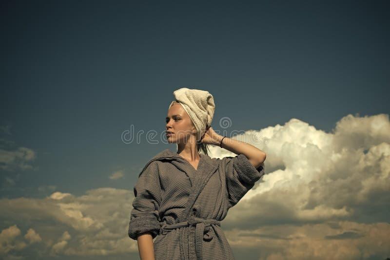 Tratamentos dos termas Mulher no roupão e na toalha na cabeça imagens de stock royalty free
