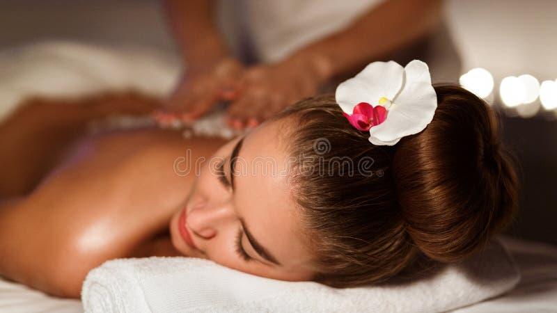 Tratamentos dos termas Mulher que tem a massagem traseira no salão de beleza dos termas imagens de stock royalty free