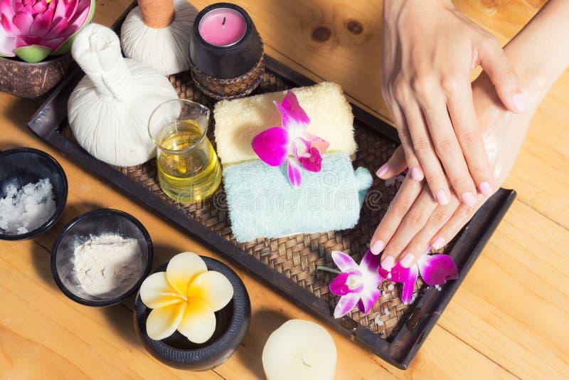 Tratamentos dos termas para as mãos fêmeas, close-up imagem de stock royalty free