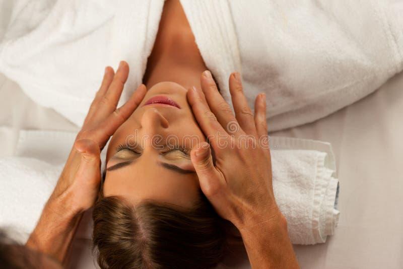 Tratamiento cosmético en balneario imagen de archivo libre de regalías