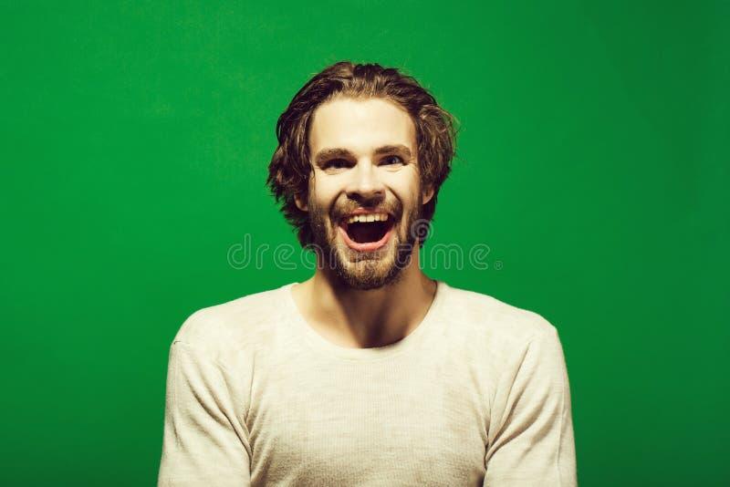 Tratamiento de depresiones hombre feliz con la cabeza, la cara y el pelo mojados por mañana fotografía de archivo