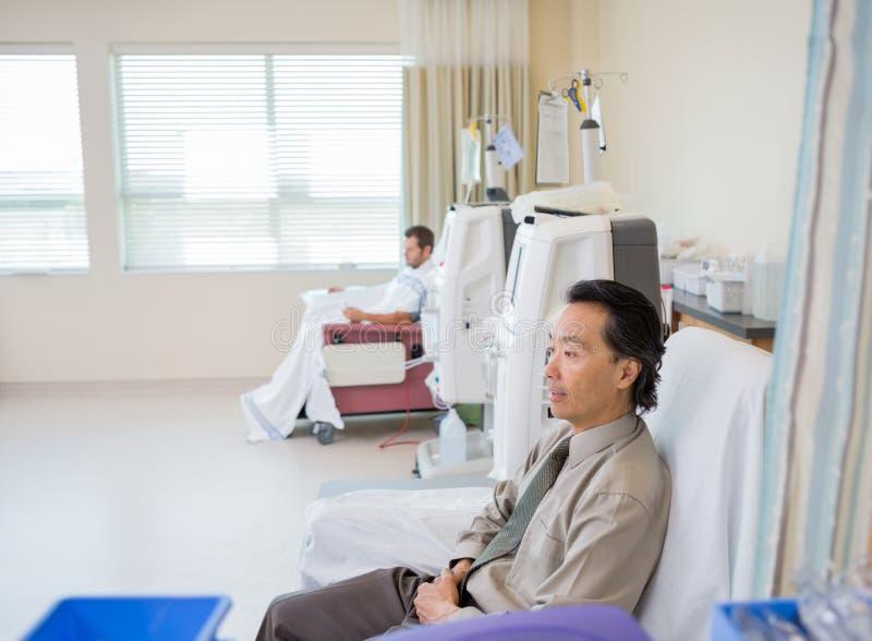 Tratamiento de diálisis renal del hombre que espera para adentro foto de archivo