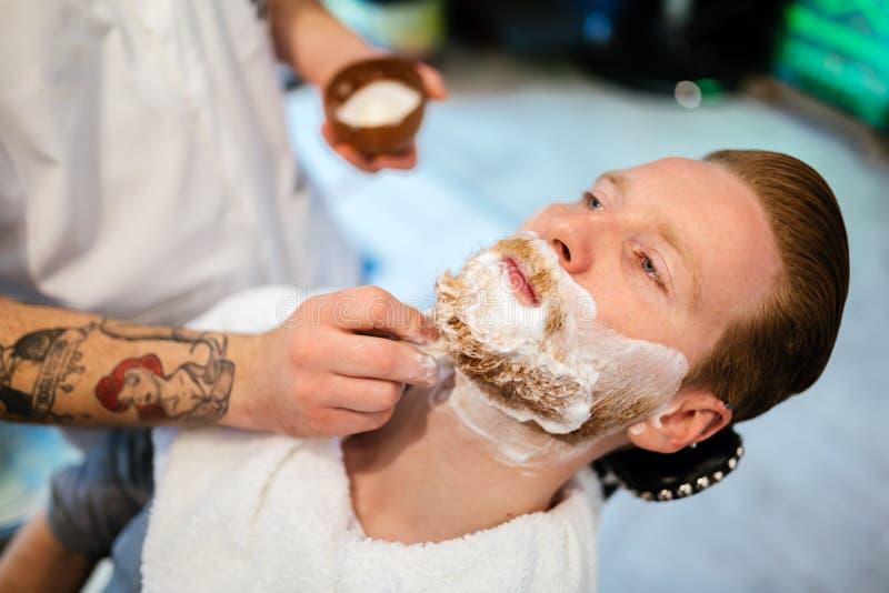 Tratamiento de la barba y del bigote del pelo fotos de archivo libres de regalías
