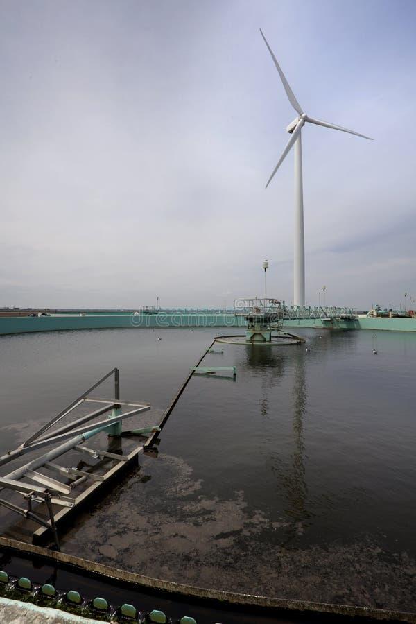 Tratamiento de la turbina de viento y de aguas residuales imagen de archivo libre de regalías