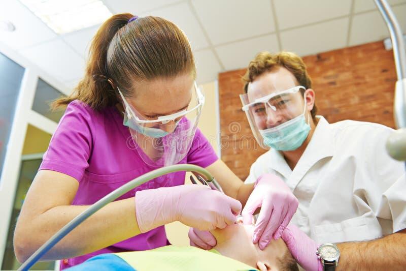 Tratamiento de los dientes del niño bajo sedación imagenes de archivo