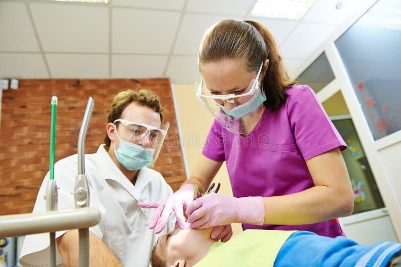 Tratamiento de los dientes del niño bajo sedación fotos de archivo libres de regalías