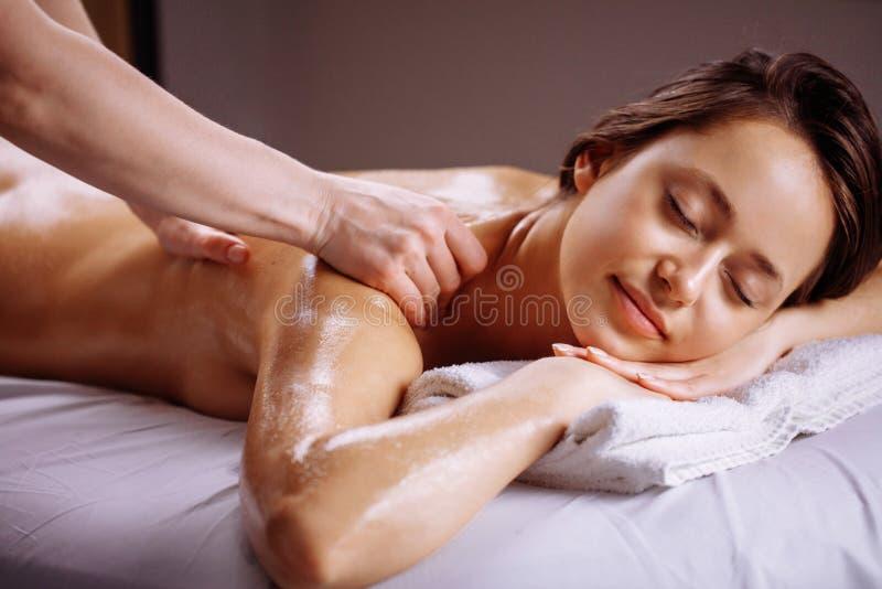 Tratamiento del masaje del cuerpo del balneario Mujer que tiene masaje en el salón del balneario fotos de archivo